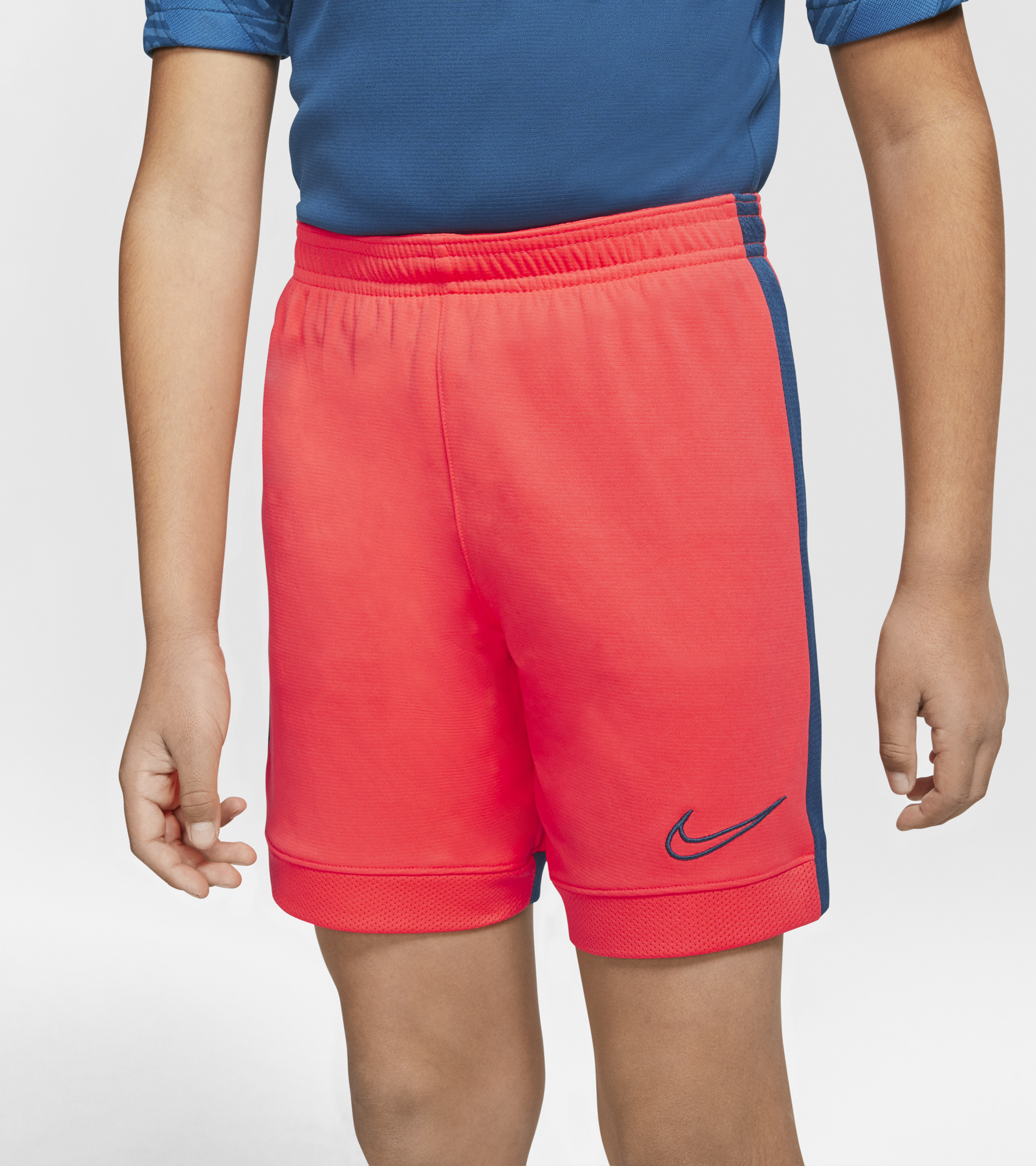 цена Nike Шорты для мальчиков Nike Dri-FIT Academy, размер 158-170 онлайн в 2017 году