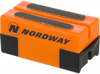 Приспособление для заточки коньков NordwayПредназначен для заточки и правки лезвий коньков. Компактные размеры, заточка всегда под рукой. Снимает ржавчину с лезвий. Продлевает срок службы лезвиям.<br>Материалы: 60 % пластик, 40 % точильный камень; Производитель: Nordway; Вид спорта: Хоккей; Артикул производителя: SHARP-D2; Страна производства: Китай; Размер RU: Без размера;