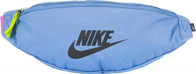Сумка женская Nike HeritageСумки<br>Удобная поясная сумка nike sportswear heritage, выполненная из прочного полиэстера. Помимо основного отделения в модели предусмотрены карманы.