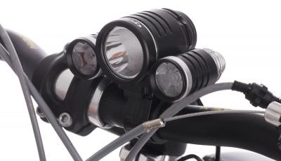 Фонарь велосипедный передний CyclotechМощный велосипедный фонарь cyclotech. Особенности модели выносной аккумулятор с зарядным устройством количество светодиодов: 3 светопоток: 500 люмен; устойчив к влаге.<br>Материалы: Пластик; Световой поток (люмен): 500 люмен; Размеры (дл х шир х выс), см: 5,5 х 8,4 х 4,7; Регулировка светового потока: Да; Количество режимов работы: 4; Вид спорта: Велоспорт; Производитель: Cyclotech; Артикул производителя: CFL-0.; Страна производства: Китай; Размер RU: Без размера;