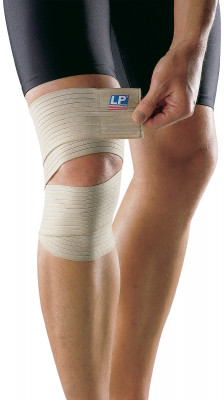 Бинт для колена LP 631Эластичный бинт для колена выполнен из мягкого, дышащего материала. Обеспечивает одновременно сжатие и поддержку. Материал не теряет эластичности после стирок.<br>Пол: Мужской; Возраст: Взрослые; Вид спорта: Медицина; Состав: 55%полиэстер,10% нейлон,25%хлопок,10%эластик; Производитель: LP Support; Артикул производителя: LPP631; Срок гарантии: 2 года; Страна производства: Тайвань; Размер RU: Без размера;