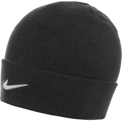 Шапка детская NikeДетская шапка в спортивном стиле от nike особенности модели шапка выполнена из мягкой акриловой пряжи на отвороте расположен металлический логотип swoosh.<br>Пол: Мужской; Возраст: Дети; Вид спорта: Спортивный стиль; Производитель: Nike; Артикул производителя: 825577-010; Страна производства: Китай; Материал верха: 100 % акрил; Материал подкладки: 100 % акрил; Размер RU: Без размера;